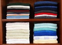 organização camisetas em prateleiras