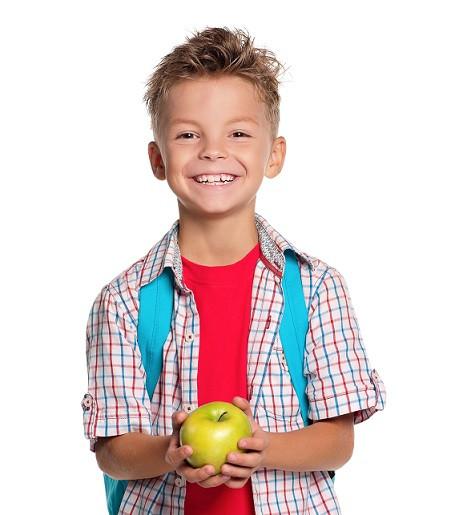 menino voltando às aulas