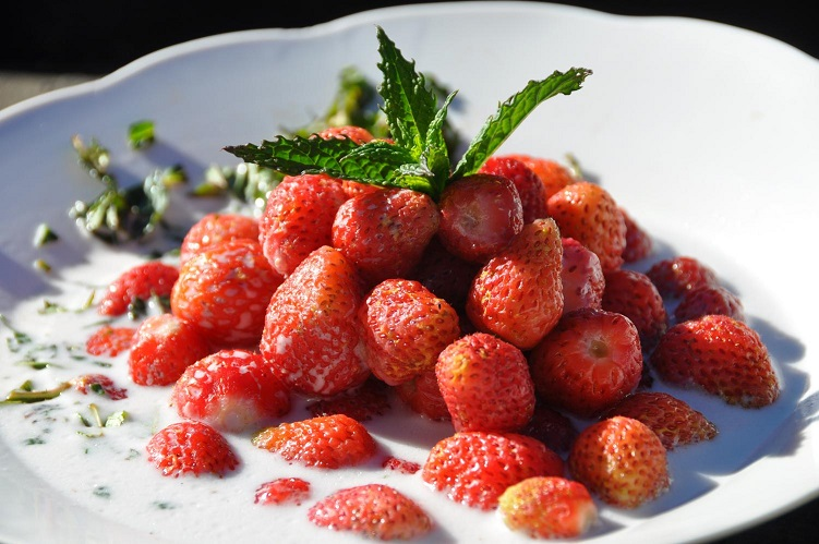 Garden Strawberries ^ Cream