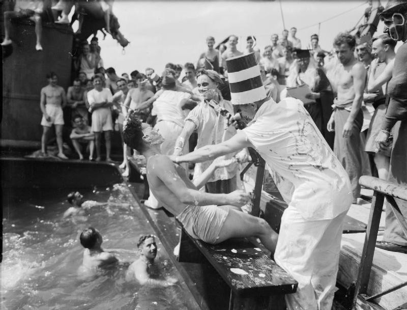 Una ceremonia de 'Cruzando la línea' durante la Segunda Guerra Mundial. (No era un barco mi abuelo estaba en)
