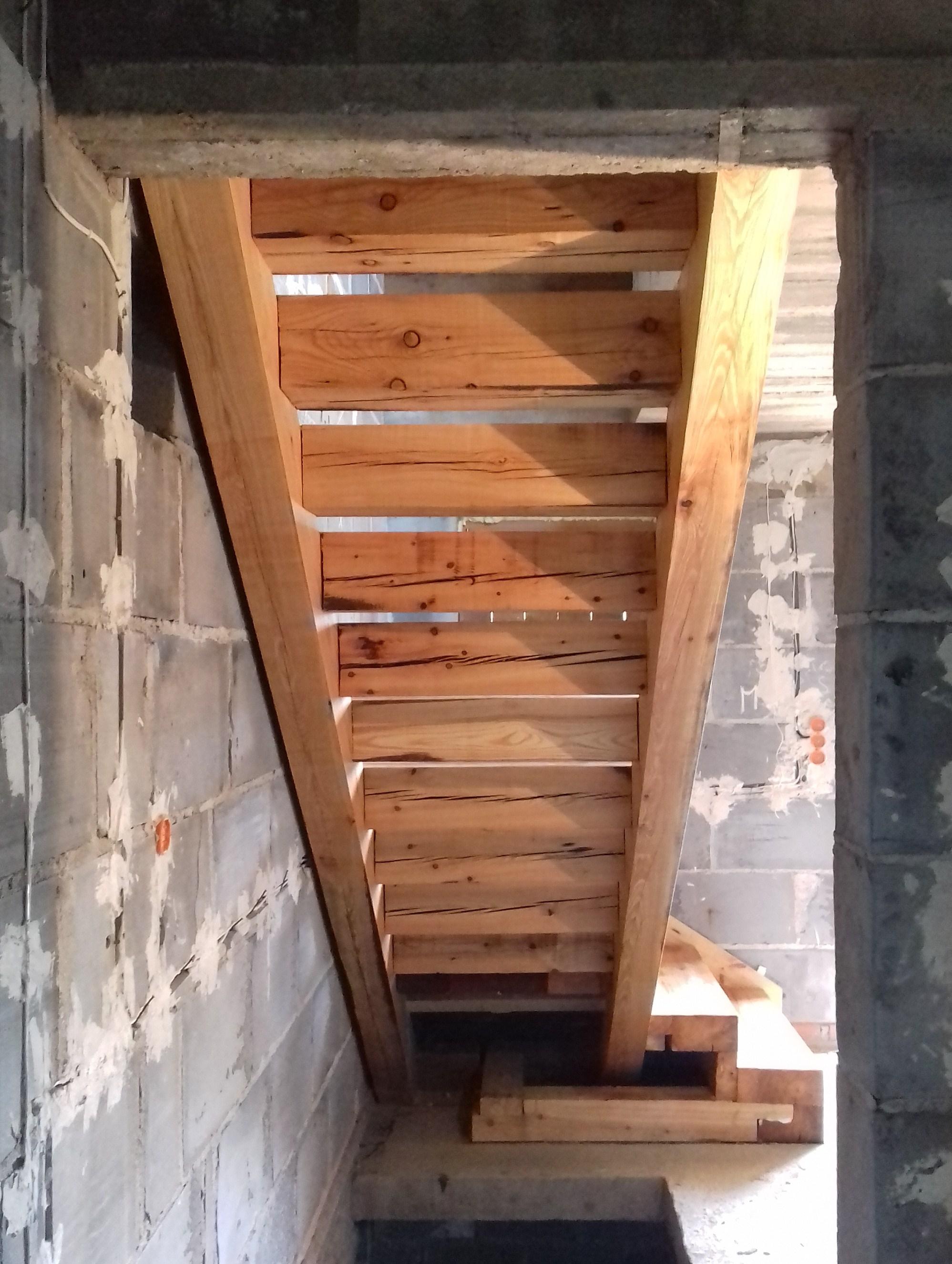 Ciężkie schody z modrzewia
