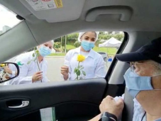 Vídeo: idoso dá flores a enfermeiras ao ser vacinado contra a Covid-19