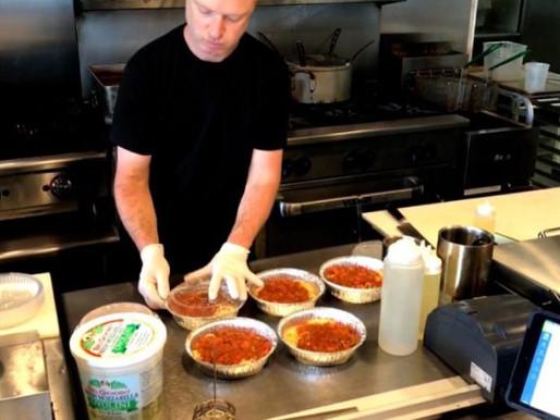 Restaurante oferece refeições gratuitas para quem precisa na pandemia