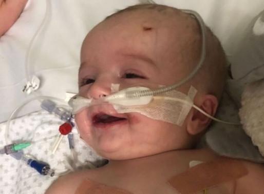 Bebê acorda e sorri para o pai após ficar sete meses em coma