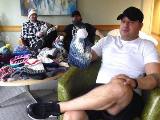 Homem lidera grupo de tricô que ajuda dependentes a saírem das drogas