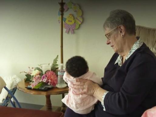 Mãe solo de 78 anos adotou 81 bebês ao longo dos anos