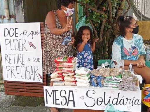 Vizinhos se unem e doam alimentos na calçada a pessoas que passam fome