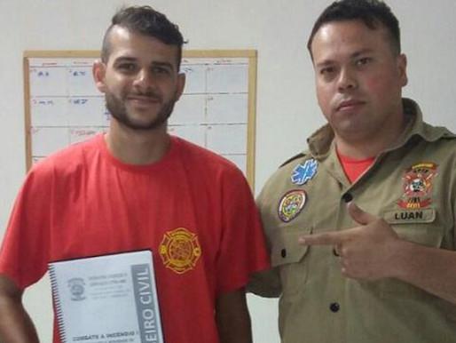 """Motoboy que salvou gatinho ganha curso de bombeiro civil: """"É um sonho"""""""