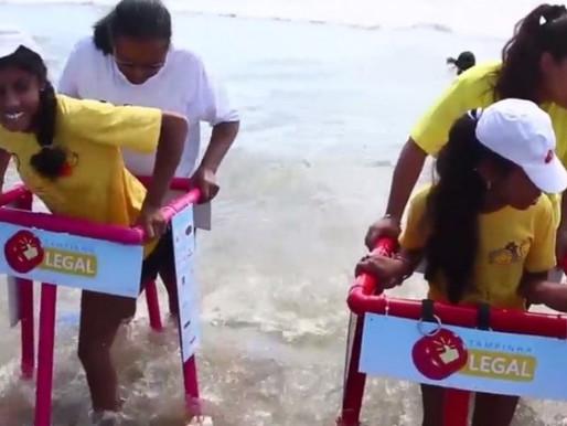 Ação presenteia crianças com deficiência com andadores de PVC para poderem entrar no mar