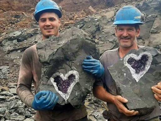 Mineradores encontraram cristal de ametista raro em forma de coração