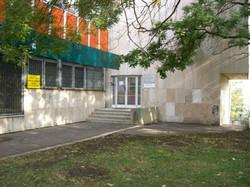 Bejárat a Postaépület jobb oldalán