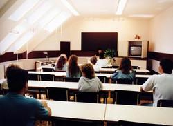 Tetőtéri oktatóterem a bejárat felől