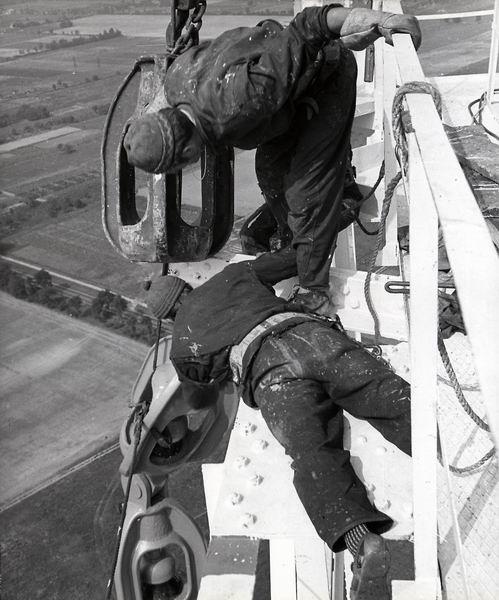 A Ganz-Mávag dolgozói szerelik a nagytor
