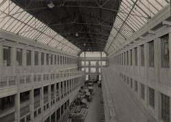 Az emeletes garázsépület belső rámpája