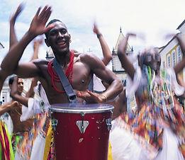 une animation brésilienne acompagnée de percussionnistes brésiliens batucada