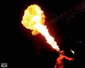Notre cracheur de feu propose un tarif pour un spectacle à Paris