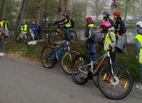En vélo sur le chemin de l'école, c'est cool!