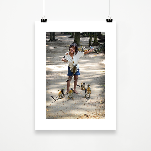 Niña con monos
