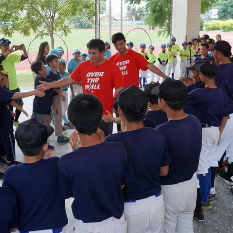 主動幫助、親近下一代,傳遞棒球的魅力和感動。