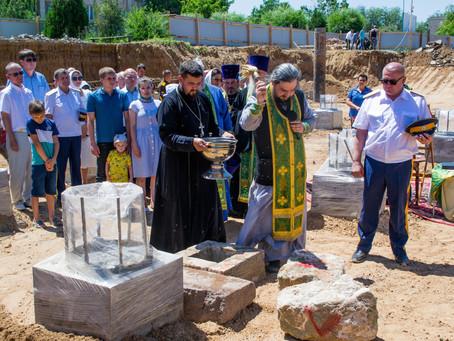 В Чëрном Яре освящен закладной камень будущего храма