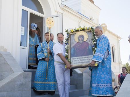 """К празднику Успения в Ахтубинск принесен чудотворный образ Божией Матери """"Нерушимая Стена"""""""