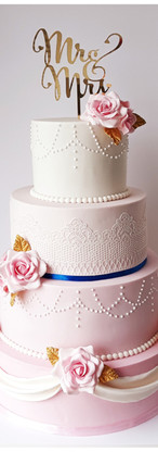 Weddig cake rose, blanc, or et bleu royal, dentelle, perles, drapés et fleurs