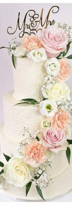Wedding cake fleurs fraîches et couverture en crème