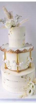 Wedding cake nude cake fleurs fraîches et séchées mariage et baptême carrousel blanc et or