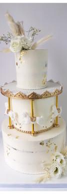 Nude cake baptême mariage carrousel or et blanc fleurs fraîches et séchées