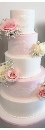Wedding cake romantique blanc, rose, dentelle, perles et fleurs fraîches