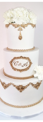 Wedding cake royal blanc et moulures dorées