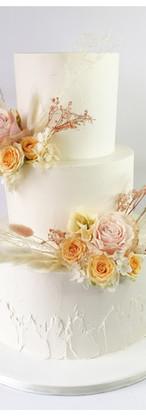 Wedding cake crème fleurs séchées et fleurs fraîches nude pêche