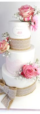 Cake design jute fleurs rose blanc 40 ans femme