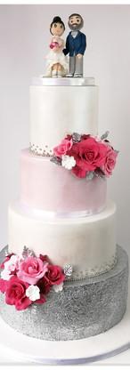 Wedding cake argent, blanc, rose et nacré et figurines à l'effigie des mariés