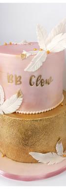 Cake design thème plume bébé plume baptême or rose nacré