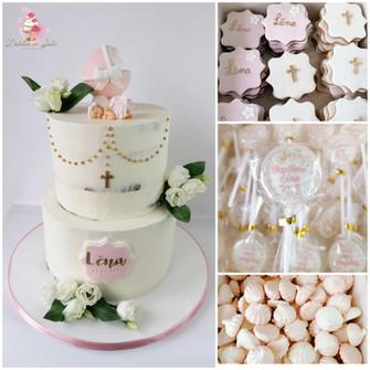 Nude cake baptême fleurs fraîches biscuits meringues sucettes