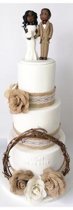Wedding cake blanc, bois et toile de jute, figurines à l'effigie des mariés