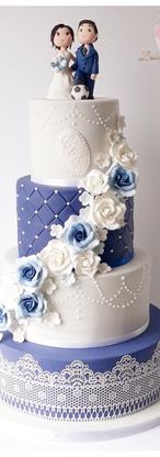 wedding cake bleu et blanc dentelle perl