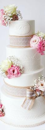 wedding cake champêtre Jute et fleurs fraîches