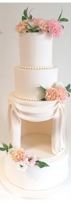 Wedding cake fleurs fraîches et drapés étage ouvert théâtre