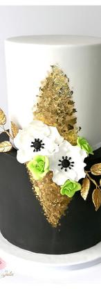 Wedding cake noir, blanc, or et touche vert citron, anémones