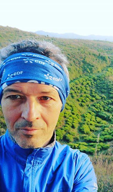 Courir vert entre champs de thé et jungl