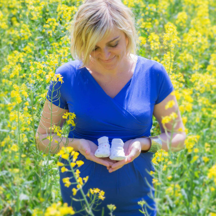 séance photo Grossesse, champs de colza en Lot et Garonne