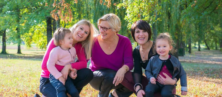 Photo de famille, entre filles, à l'automne