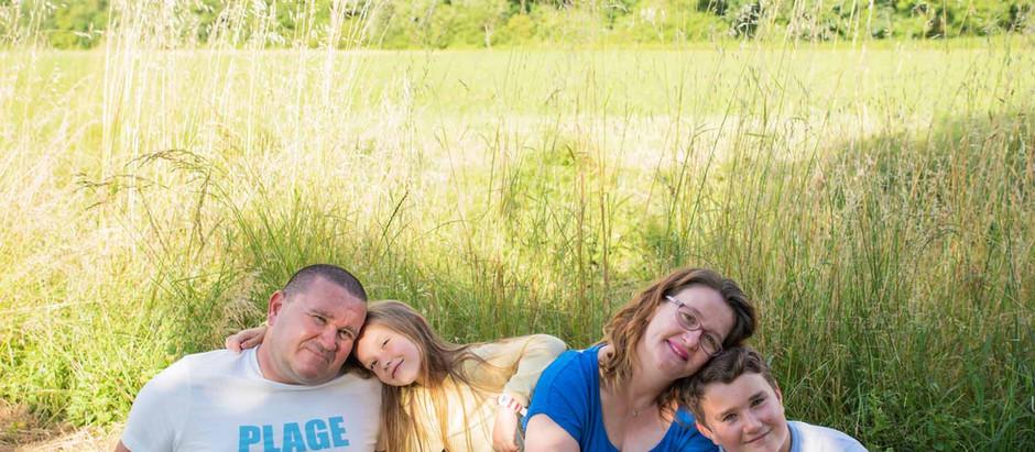 Séance photo famille en été au parc