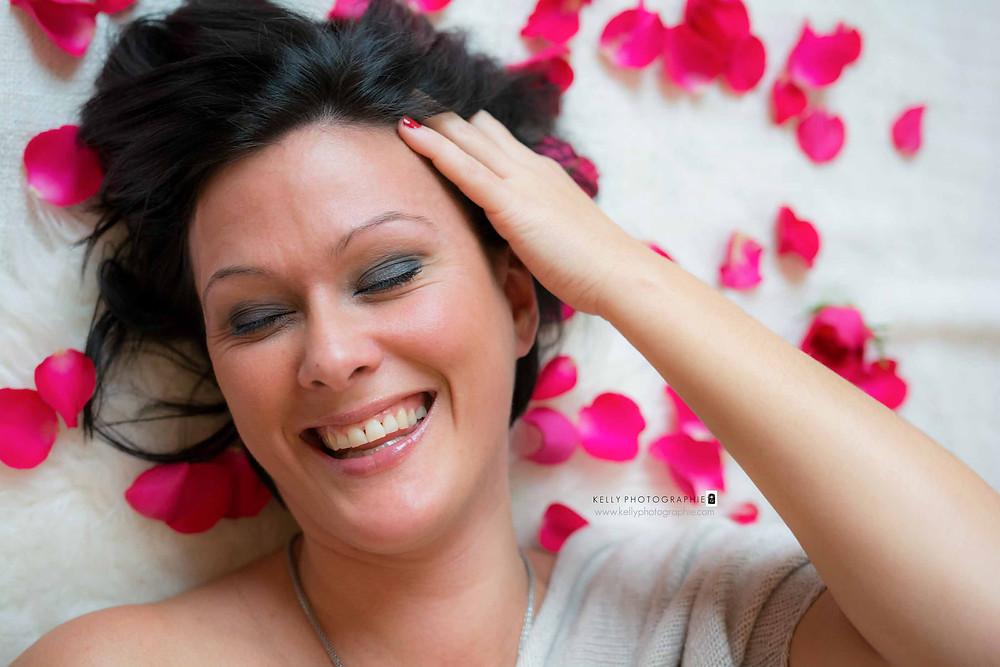 photographe agen lot et garonne boé glamour boudoir femme pétales de roses