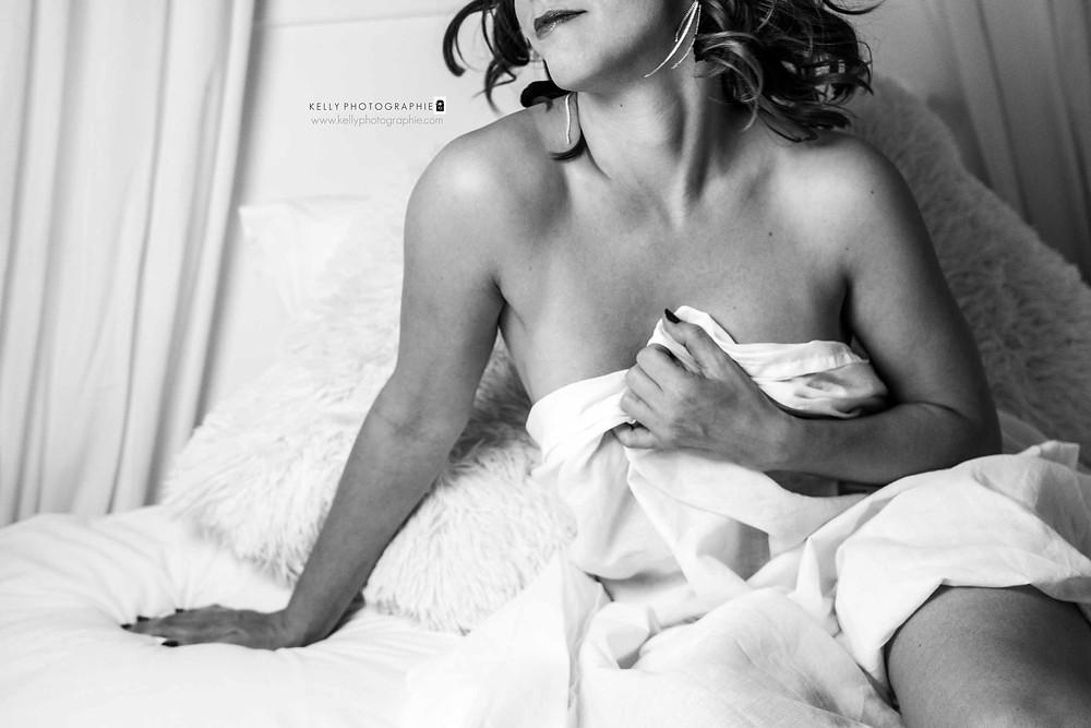 photographe agen boudoir glamour séance photo drap blanc lit