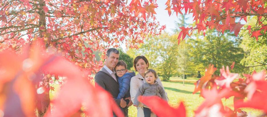 Photo de famille au parc à l'automne