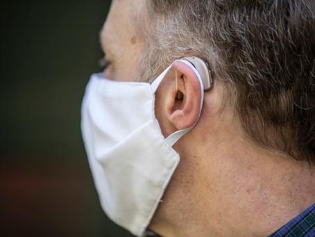 Usando uma máscara com aparelhos auditivos