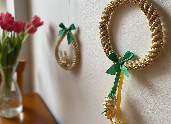Slaměné dekorace do bytu - věneček s vajíčky a slzy s labutí